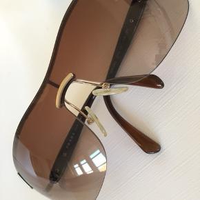 Smarte Prada solbriller med meget velholdt cover  Svarer kun på seriøse henvendelser