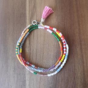 Eget design. Smukt armbånd af perler. Der findes kun dette ene. Armbåndet vikles 3 gange rundt om armen og måler ca 54 cm  Priser på alle mine hjemmelavet smykker: 1 stk: 65 kr plus porto 2 stk: 120 kr inkl porto med Dao. 3 stk: 150 kr inkl porto med Dao  Se alle mine annoncer med hjemmelavet smykker
