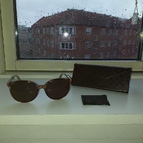 Gucci dame solbriller sælges...    Brillerne er fra sidste år, men har desværre allerede fået lidt ridser på glassene...    Sælges derfor også pænt billigt, ift butiksprisen på ca 2200.kr..    Kommer incl originalt etui og pudseklud..     SE OGSÅ MINE ANDRE ANNONCER.. :D