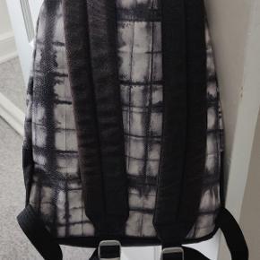 """Stort set ny taske fra Eastpak med frisk print. Den er lidt mindre end normalt, men har masser af plads samt computer rum til 13"""" bærbar.   Nu pris 600.  Sælges til en god pris og kan enten hentes i Hillerød eller sendes med GLS for 40kr t&t"""