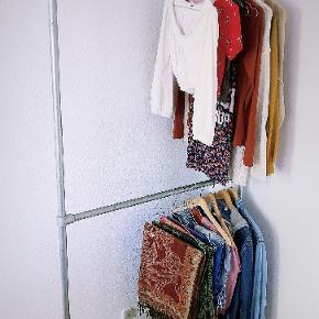 Lækkert og simpelt tøjstativ fra RackBuddy. Nypris: 1.349 kr  H: 191 cm B: 96 cm D: 31 cm