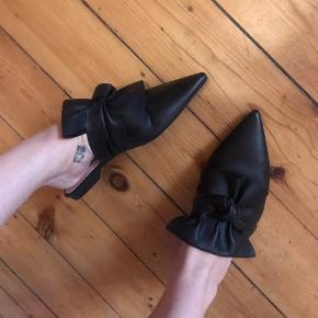 Helt nye slip ons i sort læder med sløjfe detalje ovenpå 🔥  Mange andre sko til salg!! 👠👡👢👟🥿