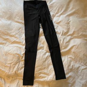 REEBOK trænings bukser / tights i sort. Brugt et par gange. Str. Small.  Kan sendes eller afhentes i Ørestad Syd på Amager.  Søgeord: træningsbukser træningsleggins fitness workout sportstøj sportsbukser løbebukser