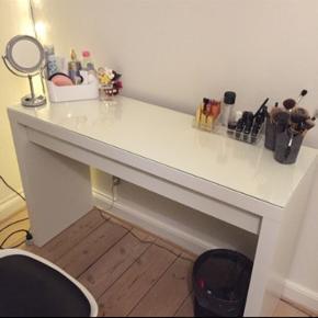 Sælger dette super flotte makeup bord fra IKEA, Modellen hedder MALM. Bordet er nogle år gammelt, men er stadig rigtig pænt og har næsten ingen slid.  Nypris 799kr, BYD gerne!