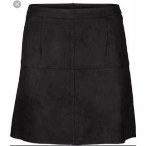 🛑 FLYTTESALG🛑 Hjælp med mig at få ryddet ud i hele garderoben, % ved køb af mere end 1 vare, procenterne bliver regnet uden fragten.   Neo noir nederdel i sort stof   størrelse: Small   pris: 120 kr   fragt: 37 kr