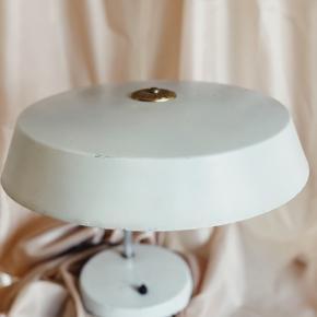L A M P E 🖤 Super fed vintage bordlampe med fineste messingdetalje i toppen og end gammel kontakt til at tænd/sluk. Lækker patina 👌🏻 ny sort ledning påsat.   1500 fri fragt på denne 💌
