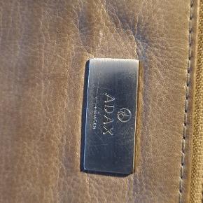 Rigtig lækker læder pung clutch fra adax. Med mange rum og god plads. Farven er sådan natur lys brun beige agtig