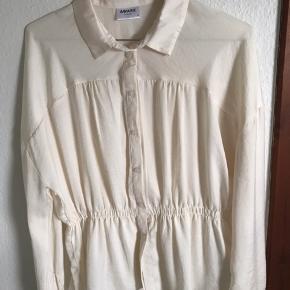 Fin skjorte fra AWARE By Vero Moda str. m.  Brugt mindre end 3 gange og er i god stand. Ingen tegn på slid.  Sender ikke men kan mødes så det passer både køber og sælger