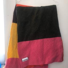 Ganni halstørklæde i flere farver. Se flere billeder her: https://www.miinto.dk/p-20163087-knit-scarf?gclid=EAIaIQobChMIlIHcxLWw6AIVl0MYCh2Wrwx7EAQYBCABEgIbOvD_BwE  Brugt 2-3 gange.