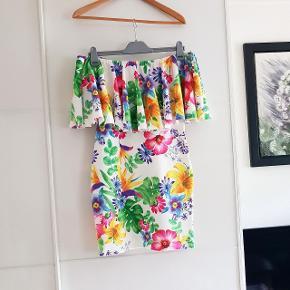 Super fin stropløs sommerkjole med blomster print. Kunne eventuelt gøre det ud for et Karnevals kostume.  Det er en UK str 12, hvilket skulle svare til 40 EU str