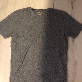 Grå Selected Homme t-shirt, brugt men ingen tegn på slid.