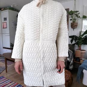 Flotteste hvide jakke i smuk quilted stof. Farven er hvid / ivory. 😊 Super fed oversized jakke, perfekt forårs item