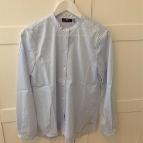 Varetype: Skjorte Farve: Blå Oprindelig købspris: 999 kr.  Rigtig fin skjorte, er aldrig blive brugt.