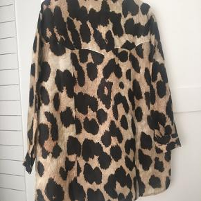 Beautiful Ganni shirt in leopard print. Perfect with jeans or leggins.