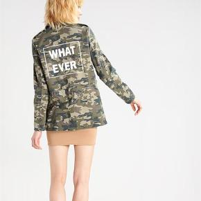 Varetype: Jakke Farve: Armygrøn   Super fin camouflage sommerjakke fra Noisy may. Med gode rummelige lommer. Kun haft den på en enkelt gang. Vil klæde en med lidt højde bedst.  PRISEN ER FAST! Handler via ts eller over mobilepay.