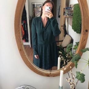Fineste kjole i mørkegrønt glat stof 🌸