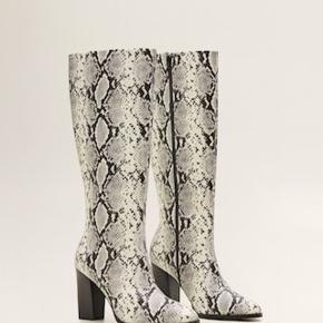 Hejsa 🌸  Jeg sælger mine højtelskede slange støvler fra Mango. De er brugt få gange og er derfor i super fin stand 👍🏽 Skriv gerne en DM, hvis du vil have tilsendt flere billeder 🤗