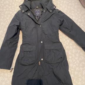Rigtig pæn, klassisk sort pigefrakke i str 14 år i Termolite til vinter Kan også bruges af petite voksen Taljeret i taljen.  Hætte, der kan knappes af.
