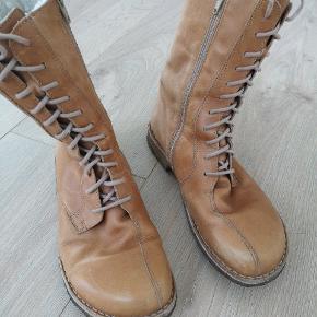 Lækre og varme comfort vinterstøvler.  Med tyk foer. Ægte skind.  Trænger til en sko farve hvor de bliver som nye at se på.  Brugt max 6-7 gange.