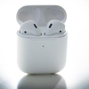 Spritnye Apple airpods til salg med gyldig serienummer Kan også afhentes i Odense. Size and Weight (Each)  1.59 inches (40.5 mm)  0.65 inch (16.5 mm)  Height: 1.59 inches (40.5 mm)  Width: 0.65 inch (16.5 mm)  Depth: 0.71 inch (18.0 mm)  Der medfølger ingen reklamationsret eller returret.