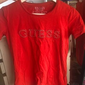 00'er stil.  tætsiddende tshirt med logo i perler. Fejler ingenting  Købt på Mallorca da jeg boede der 🇪🇸