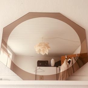 Røgfarvet spejl med alm spejl i midten. Stor størrelse, der kan bruges som plade til et mindre bord, kommode eller lign. Der er et lille brud, som kan ses på billede 2. 70•58cm