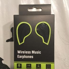 - Sportshøretelefoner (in-ear) - Aldrig pakket ud. - Sælges da de bare her lagt i en skuffe, fejler intet.