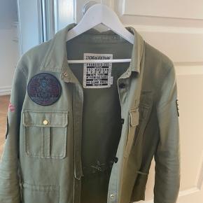 Jeg sælger min Zadig Voltaire jakke. Den er brugt nogle gange, men viser ingen tydelige tegn på slid.