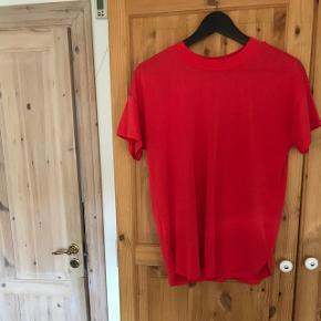 Sælger denne fede t-shirt, som har været brugt en enkel gang. Kom med et bud. Trøjen kan sendes, men på købers regning.
