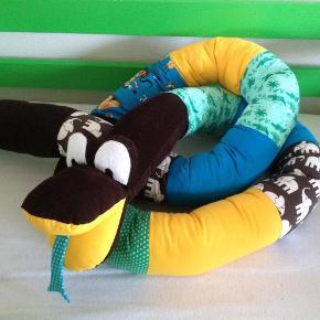 Varetype: NY* slange, sengerand Størrelse: 3/5 meter Farve: diverse  Slange som kan bruges til f.eks sengerand syes på bestilling. Denne er ca 3,5 m. Kan også syes i pigefarver;)  Syes i røg og dyrefrit hjem og alt stof er vasket i Neutral inden opsyning.   Kan sendes forsikret for 24 kr med DAO eller 40 kr med Postdanmark.