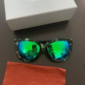 """Mega fine solbriller, har haft dem på to gange. Der er dog en meget lille """"ridse"""" på glasset (se billede tre). Derfor den gode pris. Har desværre mistet selve brilleetui'et, men der kasse og brilleklud med."""