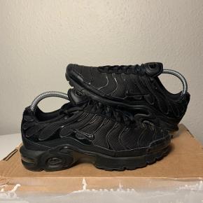 Sælger dette par Nike tn plus ret slidt men, har stadig liv i sig endnu. Der er ved at komme et hul i spidsen. Str. 37,5 Cm. 23,5 Boks medfølger ikke:)   Har en masse andre ting til salg så tag endelig et kig forbi min profil. Sko, tøj og accessories til både mænd og kvinder.🚻