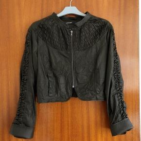 Soyaconcept sort læderlook jakke str 40. Længde ca 44 cm og brystvidde ca 2x50 cm