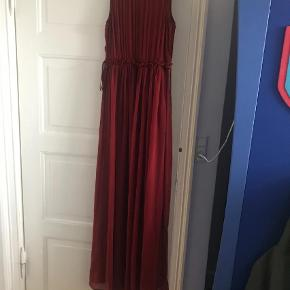 Varetype: Maxi Farve: Rød Oprindelig købspris: 499 kr. Prisen angivet er inklusiv forsendelse.  Smuk rød kjole fra H&M. Aldrig brugt.  Sendes med DAO uden omdeling.