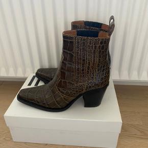 Sælger mine smukke Ganni støvler da jeg desværre ikke får dem brugt...  skriv endelig for flere billeder eller kom med bud🌸
