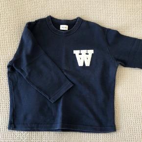 Cool og casual sweatshirt med trekvartærmer fra WW sælges. Sweatshirten er A-formet, og er fed både til jeans og nederdele. Desuden er den super behagelig at have på, og kan derfor også bruges som hyggebluse. Nypris var 1000,- Køber betaler fragt, hvis varen skal sendes.