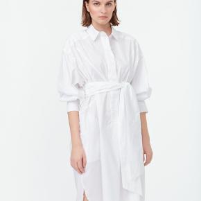 Munthe skjortekjole. Aldrig brugt. Der medfølger bånd. Modellen hedder 'Understand'  Nypris - 1500 kr. Sælges for 600 kr.