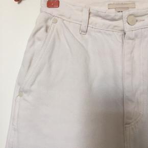 Løse denim bukser (vide ben) i farven vasket hvid fra H&M Trend. Har været suuuper glade for dem, men passer mig ikke længere rundt om taljen 😔  OBS: (Se billede 4 og 5) her ses der noget rød misfarvning fra noget rødt papir viklede rundt om nogle blomster... jeg synes IKKE at det er tydeligt! Men genere det dig - så tror er det en omgang Vanish ville klare det 🥰. Men derfor er prisen sat så lavt ned, de næsten ikke brugte hellere.  Køber betaler fragt ✨ Jeg er åben for bud 🌸