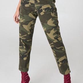 Rigtig fine bukser fra NA-KD, de er desværre blevet lidt for små til mig. En af bæltremmene er gået i stykke, men det kan sagtens sys.