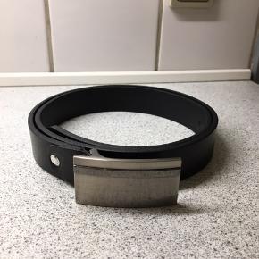 Bosswik læderbælte i sort med stål spænde. Læderremmens længde 102cm. Bæltes længde med spænde 107cm. Kun brugt få gange.