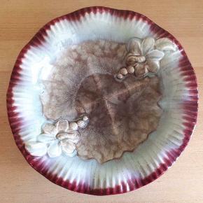 Strehla keramik fra 1950'erne.  Diameter ca 34 cm, højde ca 7 cm.  Vintage fad i smukke farver.  Nummer 706