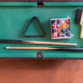 Smart lille poolbord - miniudgave ( bordmodel) Alt medfølger..  KUN AFHENTNING - I AALBORG  Mål : 36x64 cm