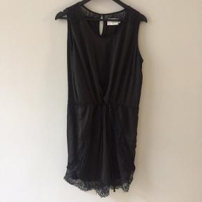 Sort, tynd kjole med blond-detaljer fra taljen og i kanten på ryg.