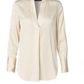 Den fedeste Malene Birger Ayoh silke skjorte sælges, brugt ca 5 gange og vasket 2 gange. Min er off White som billed et, billed 2 er blot vist for at vise skjorten på.