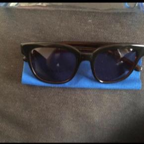 Varetype: Marc By Marc Jacobs Solbriller Størrelse: Alm Farve: Mørkebrun  Originalt etui + dust cloth medfølger.  ALDRIG BRUGT - BYTTER IKKE  Generelt: Hvis I ønsker mine ting sendt som forsikret pakke og/eller i boblekuvert/æske, så oplys venligst dette, så det kan lægges oveni prisen.
