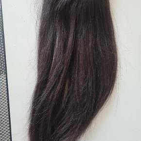 Lækker ponytail i ægtehår! 40 cm mørkebrunt hår. Utrolig fyldig og lækker. Sælges kun fordi den er for kort til mit nuværende hår!