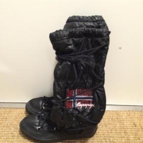 Flotte og lækre støvler der er brugt max 3 x Desværre købt for små  Bytter ikke- BYD og gerne mobilpay  Moonboots. Agtige støvler Farve: Som billede Oprindelig købspris: 1299 kr.
