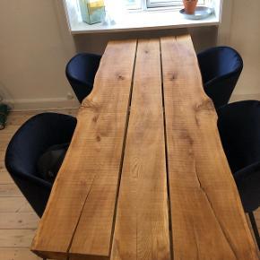 Unika! Rigtig flot og velholdt spisebord i naturligt olierede egetræsplanker. Det kommer med HAY bordben i sort. Der følger olie med til fremtidig behandling af bordet. Det måler ca. 200 cm * 75 cm. Opslaget er lavet i flere salgsgrupper.