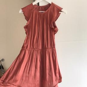 Mega fin kjole fra H&M som er syet lidt op i bunden og er derfor lidt kort Byd