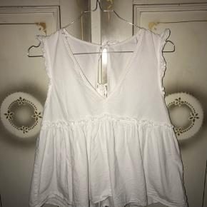 Sælger denne fine hvide top fra Zara i str. xs da jeg desværre ikke kan passe den. Den er i god rigtig stand😊